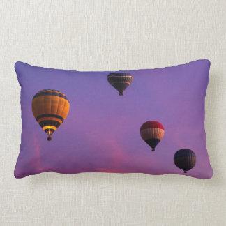 El aire caliente hincha en vuelo almohada