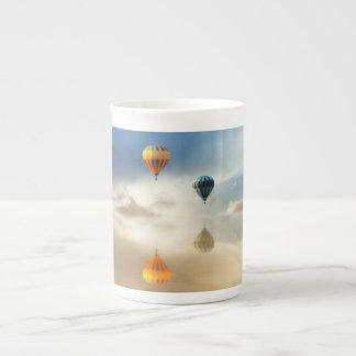 El aire caliente hincha la reflexión del agua taza de té