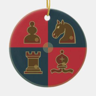El ajedrez ajusta alrededor del ornamento ornamentos de reyes magos