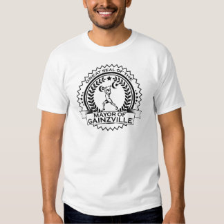 El alcalde de los hombres de la camiseta de la remera