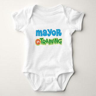 El alcalde en el entrenamiento embroma la camisa