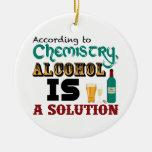El alcohol es una solución adorno redondo de cerámica