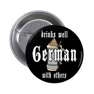 El alemán bebe bien con otros Oktoberfest Pin Redondo De 2 Pulgadas