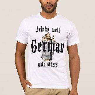 El alemán bebe bien con otros Oktoberfest Playera