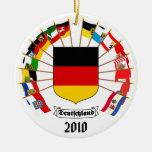 El alemán señala el molinillo de viento por medio  ornamente de reyes