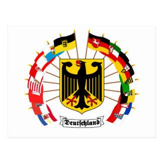 El alemán señala el molinillo de viento por medio  tarjeta postal