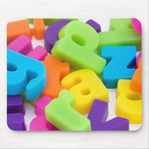 el alfabeto coloreado multi pone letras al ratón m tapete de ratón
