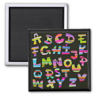 El alfabeto pone letras a la pieza colorida de la  imán de frigorifico