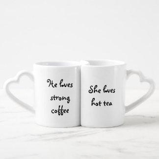 Él ama el café fuerte, ella ama té caliente tazas para enamorados