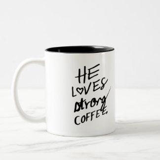 él ama la taza de café fuerte