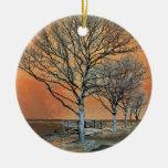 El amanecer del invierno adorno redondo de cerámica