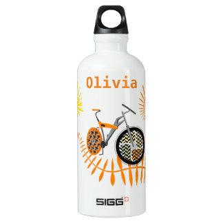 El amarillo anaranjado asolea la bici de montaña botella de agua