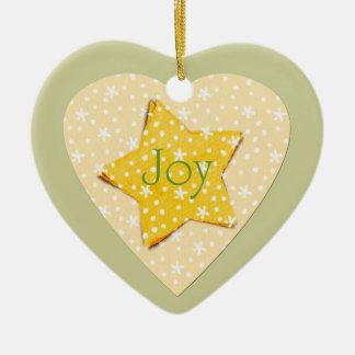 El amarillo caprichoso protagoniza alegría adorno navideño de cerámica en forma de corazón