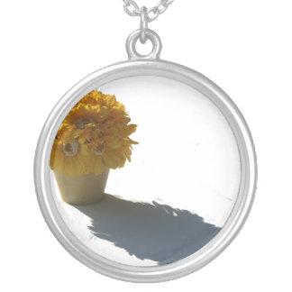 El amarillo florece el cubo y la sombra blancos colgante redondo