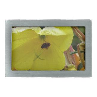 El amarillo florece el primer con las gotitas y la hebillas de cinturón rectangulares