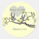 El amarillo florece los pájaros del amor del vinta etiquetas redondas