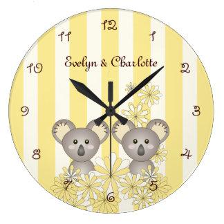 El amarillo gemelo lindo de la koala del bebé rayó reloj redondo grande