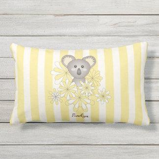 El amarillo lindo de la koala del bebé raya a cojín