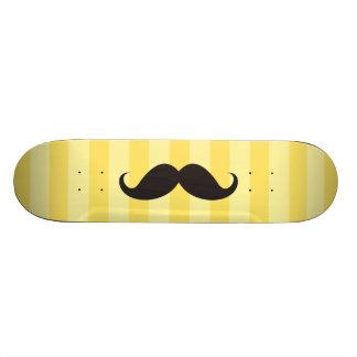 El amarillo negro del bigote raya el monopatín fre skate board