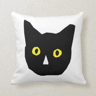 el amarillo negro principal del gato observa el cojín