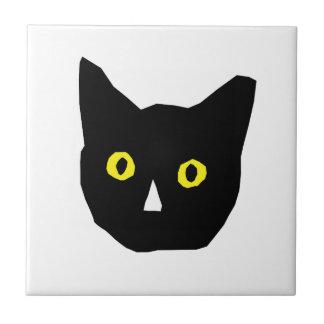 el amarillo negro principal del gato observa el di azulejo cuadrado pequeño