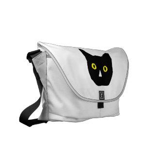 el amarillo negro principal del gato observa el di bolsas messenger