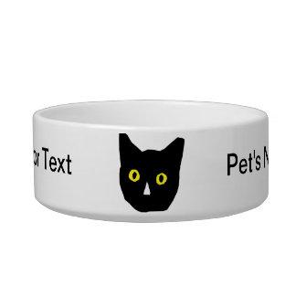 el amarillo negro principal del gato observa el di comedero para mascota