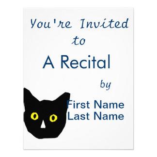 el amarillo negro principal del gato observa el di invitación