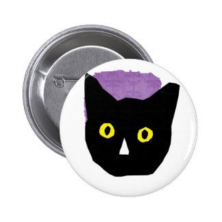el amarillo negro principal del gato observa el di pin redondo de 2 pulgadas