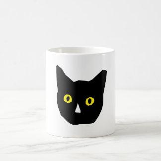 el amarillo negro principal del gato observa el taza clásica