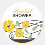 El amarillo nupcial elegante de la ducha florece pegatina redonda