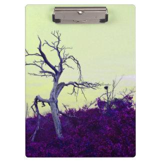 el amarillo púrpura del árbol muerto deja el cielo