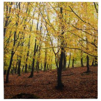 El amarillo sale del bosque servilleta de papel