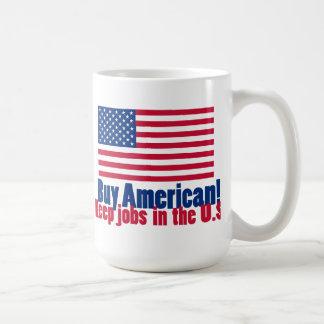 El americano de la compra mantiene trabajos los taza