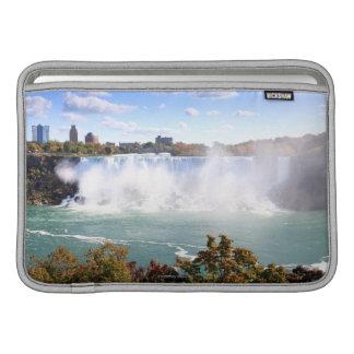 El americano se cae en Niagara Falls Fundas Para Macbook Air
