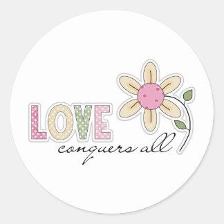 El amor conquista todos pegatina redonda