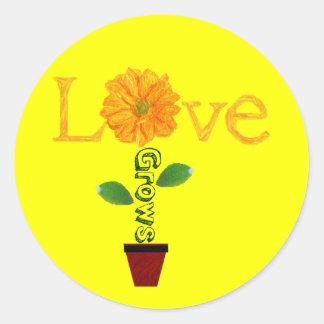 El amor crece pegatina redonda