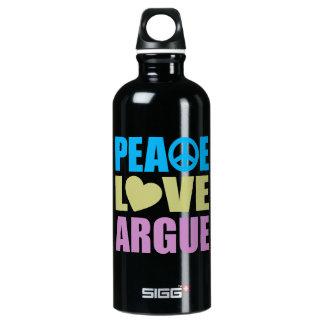 El amor de la paz discute botella de agua