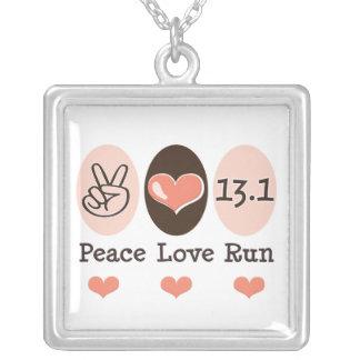 El amor de la paz funciona con el collar de la pla