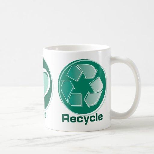 El amor de la paz recicla taza básica blanca