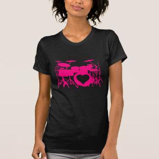 El amor de los chicas teclea la camiseta oscura