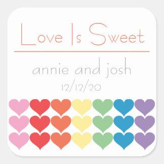 El amor de los corazones del arco iris es calcomanía cuadrada personalizada