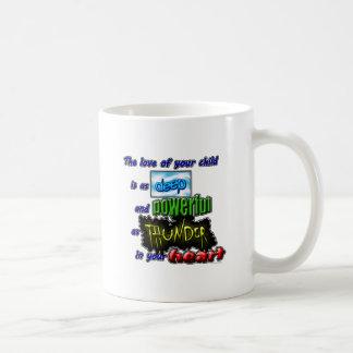 El amor de su niño está como profundamente y taza de café