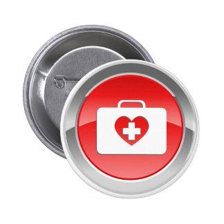 El amor del puño ayuda al botón pin