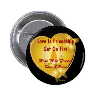 El amor es amistad fijada en Botón-Personalizar de Pin Redondo De 2 Pulgadas