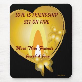 El amor es amistad fijada en el fuego alfombrillas de raton