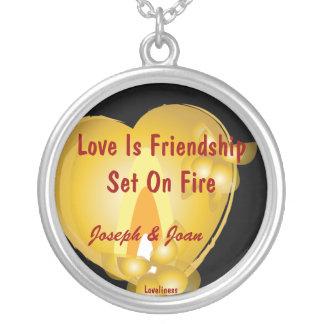 El amor es amistad fijada en encanto del collar de