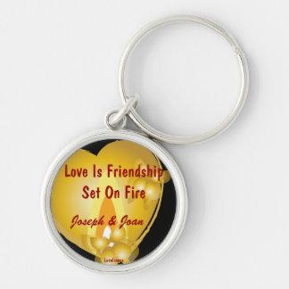 El amor es amistad fijada en la llave Chain-Cust.  Llavero Redondo Plateado