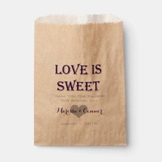 El amor es bolsos púrpuras oscuros dulces del boda bolsa de papel