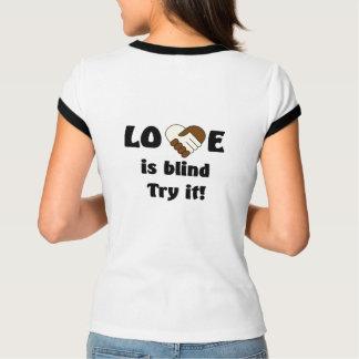 El amor es camiseta ciega